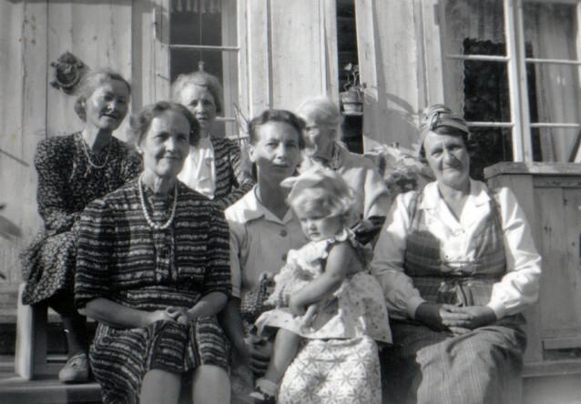 LITEN MAMMA. Lindas mamma på fanget til moren sin, som toåring. FOTO: Privat