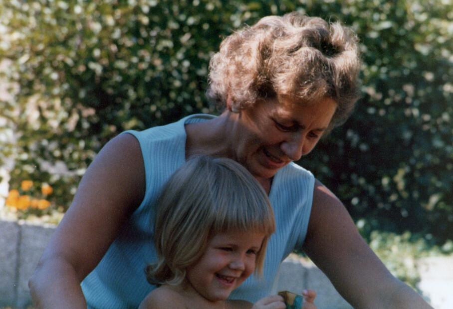 BESTEMORSFANG: Linda i hagen hos bestemor Sigrid. Da Linda begynte å nøste i bestemorens historie skulle bildet av bestemoren forandre seg. FOTO: Privat