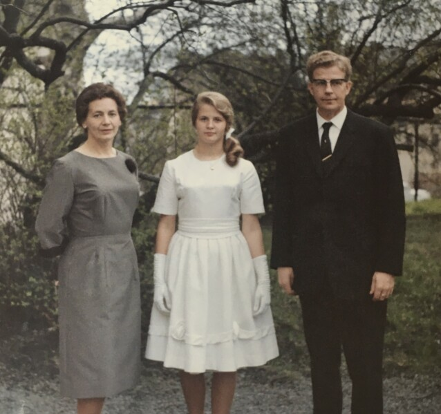 FAMILIEBÅND: Lindas mamma på konfirmasjonsdagen sin, mellom foreldrene. Ifølge Linda er de alle formet av at morens år på barnehjemmet ble fortiet. FOTO: Privat