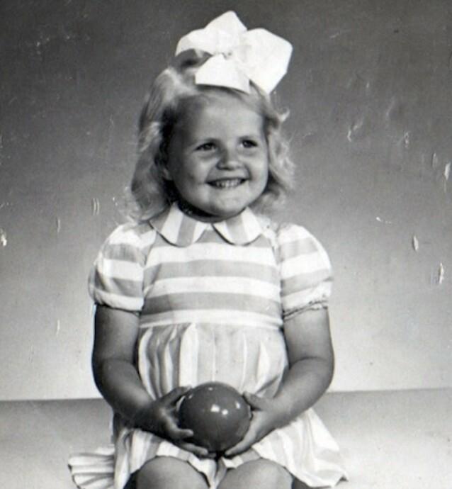 MAMMAS BLIKK: Linda Lund Nilsson husker barndomsbildet av moren som sto hjemme hos besteforeldrene, og fornemmet alltid en tristhet i morens blikk. Først år senere skulle hun få vite sannheten. FOTO: Privat