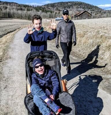 AVHENGIG AV HJELP: Erik er som en liten gutt i en stor kropp og vil alltid være pleietrengende. Her sammen med storebror og pappa Ole Petter. FOTO: Privat