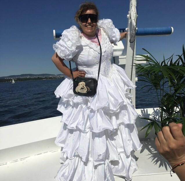 AMBULERENDE BRUD: Casual saturday, kommenterer Else, som gjerne går på fest i brudekjole. FOTO: Privat