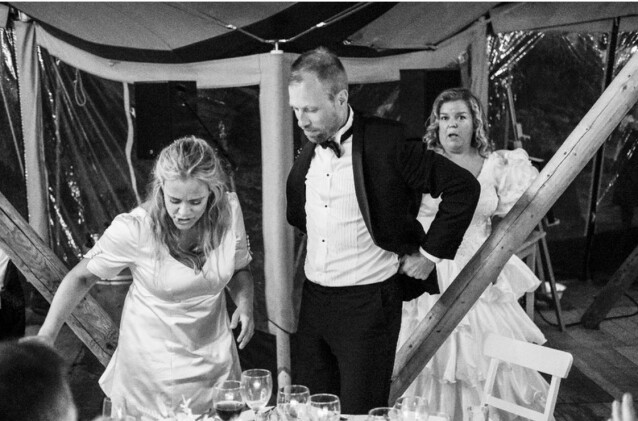 TITTEI: Når venninna di skal gifte seg, er det viktig ikke å ta noe oppmerksomhet, sier Else, som tok på seg brudekjole i Henriette Steenstrups bryllup. FOTO: Privat