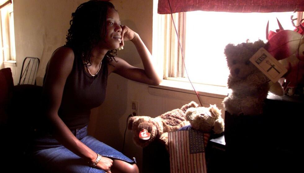 PREGET AV HENDELSEN: For Marcy Borders ble livet aldri det samme igjen etter terrorangrepet 11. september 2001. Her er hun fotografert i hjemmet sitt i Bayonne i New Jersey ett år etter hendelsen. - Etter det hun opplevde hatet hun New York, og ville aldri tilbake dit, har broren Michael Borders tidligere uttalt til PIX11. FOTO: NTB