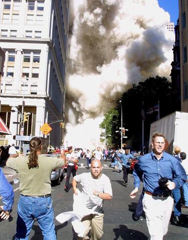 KAOS: Folk løper vekk fra tvillingtårnet som holder på å kollapse. Terrorangrepet på World Trade Center 11. september 2011, endret verden totalt. FOTO: NTB scanpix