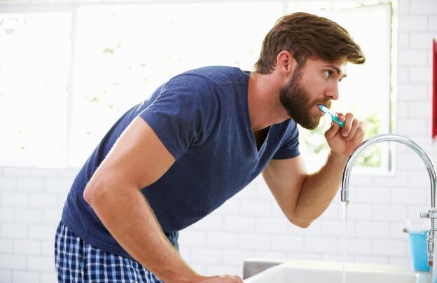 IKKE FOR HARDT: Unngå å pusse tenne for hardt. Det kan blottlegge nerven og føre til ising. Foto: Shutterstock
