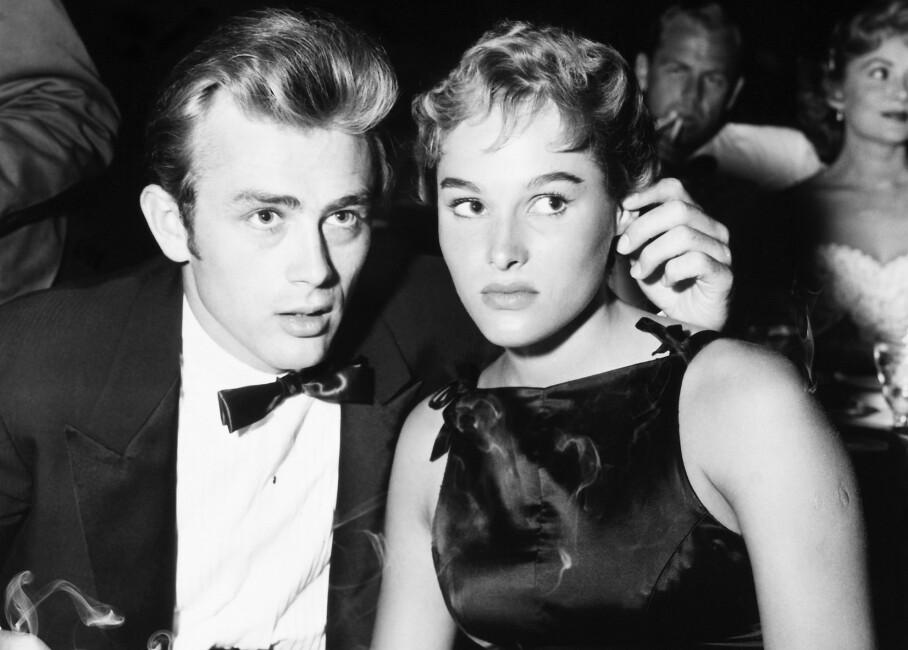 URSULA ANDRESS OG JAMES DEAN: Et av Hollywoods stjernepar fikk en kort og stormfull tid sammen, og livet til den ene endte i tragedie. Her fra en fest i 1955. FOTO: Granger/REX/NTBScanpix
