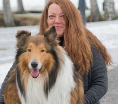 ALENE MED HUNDENE: Lisbeth var på skogstur med fem hunder da hun fikk sitt andre hjerteinfarkt. – Det var så akutt at jeg skjønte umiddelbart at jeg hadde fått et nytt hjerteinfarkt, sier hun. FOTO: Privat