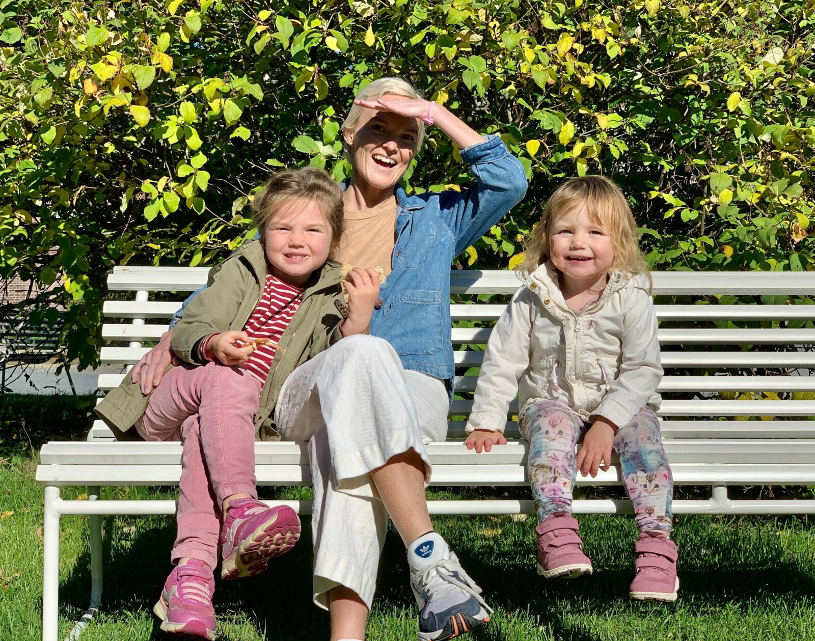 MANGE SPØRSMÅL: I dag lurer jentene Jenny og Astrid på de samme tingene som Joachim. Hvor er mamma? Har hun det bra der hun er nå? FOTO: Privat