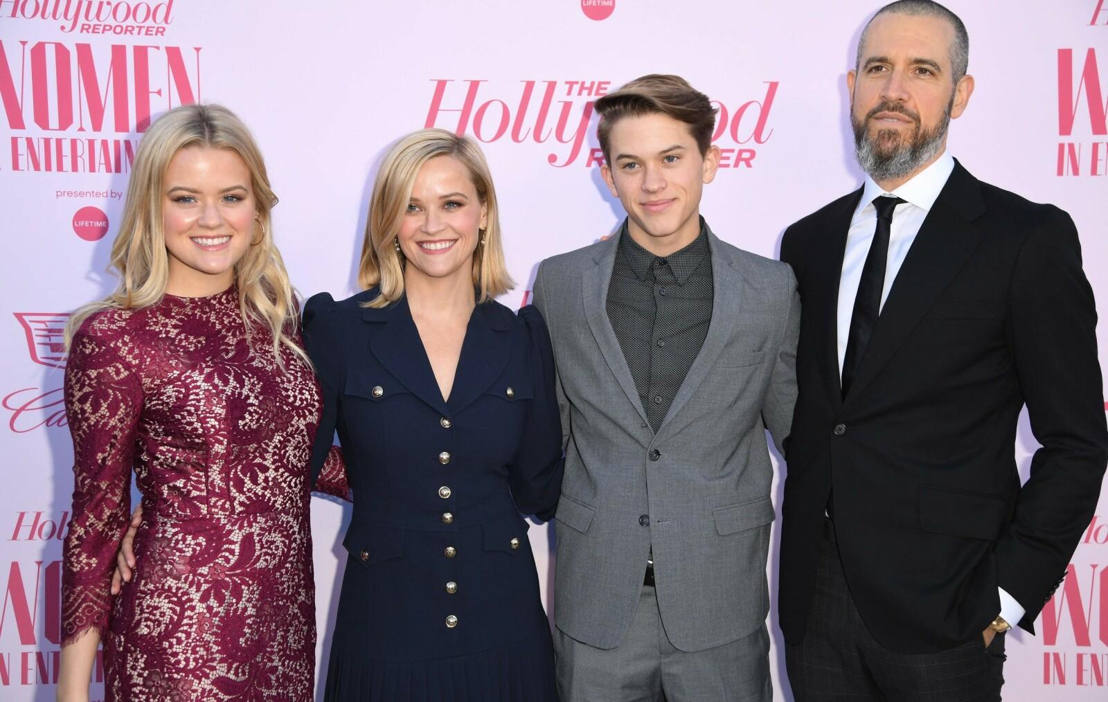 <strong>FIN FAMILIE:</strong> Reese Witherspoon med ektemannen Jim Toth og de to eldste barna Ava og Deacon under en tilstelning i 2019. Hun har også sønnen Tennessee. FOTO: NTB