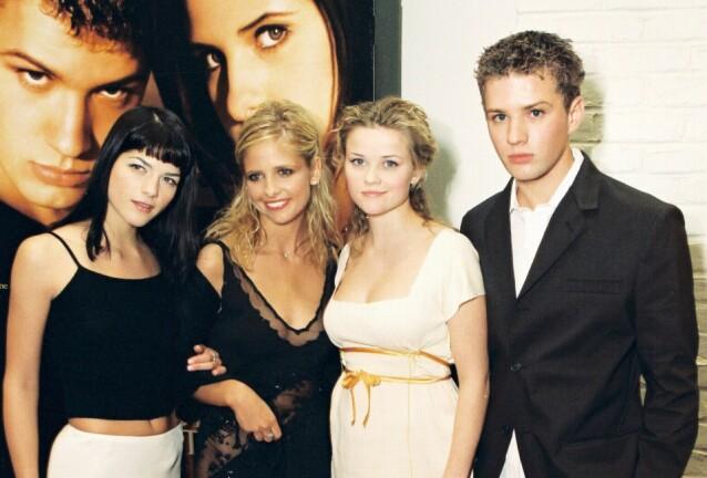 <strong>DEN GANG DA:</strong> Reese Witherspoon med Cruel Intentions-kollegene Selma Blair (t.v.), Sarah Michelle Gellar og Ryan Phillippe under premieren i februar 1999. FOTO: NTB