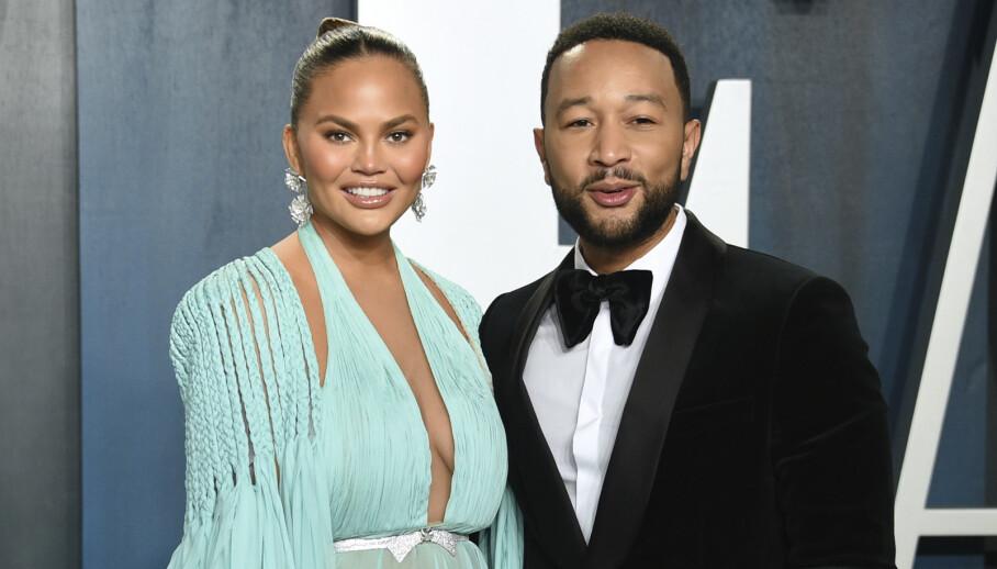 CHRISSY TEIGEN: Superparet Chrissy Teigen og John Legend venter sitt tredje barn. Her fra Oscar-festen i februar 2020. FOTO: NTB
