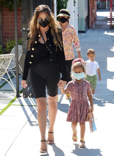 OUT AND ABOUT: Chrissy Teigen med barna Luna og Miles, og moren Vilailuck på tur med munnbind. FOTO: NTB