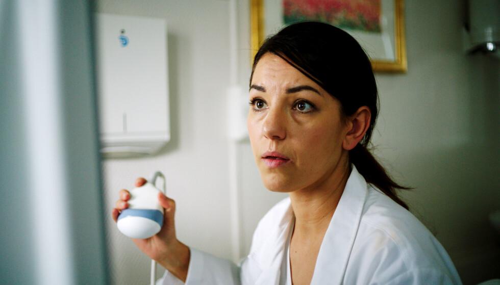 <strong>LEGE:</strong> Selda Ekiz' beskriver selv rollefiguren Helin som litt uptight og sær, og er ganske ulik henne selv - foruten at begge er norsk-tyrkiske. FOTO: NRK