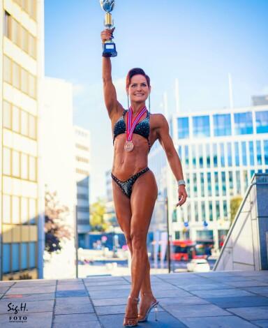 <strong>PÅ HØYE HÆLER:</strong> I fitness blir deltagerne blant annet vurdert på sceneopptreden, utseendet, lav fettprosent, muskulær symmetri og muskelspenning. FOTO: Sigurd Håkon Øyvang