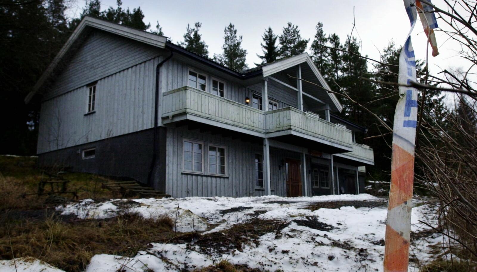 ÅSTEDET: Tre år etter trippeldrapet var det fremdeles falmete rester etter politisperringer ved kårboligen på Orderud gård i Sørumsand. FOTO: NTB
