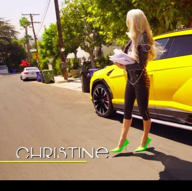 PÅ VEI TIL VISNING: Skinnjakke fra Balmain. Hæler fra Balenciaga. Og så klart gul luksusbil! Foto: Skjermdump Netflix