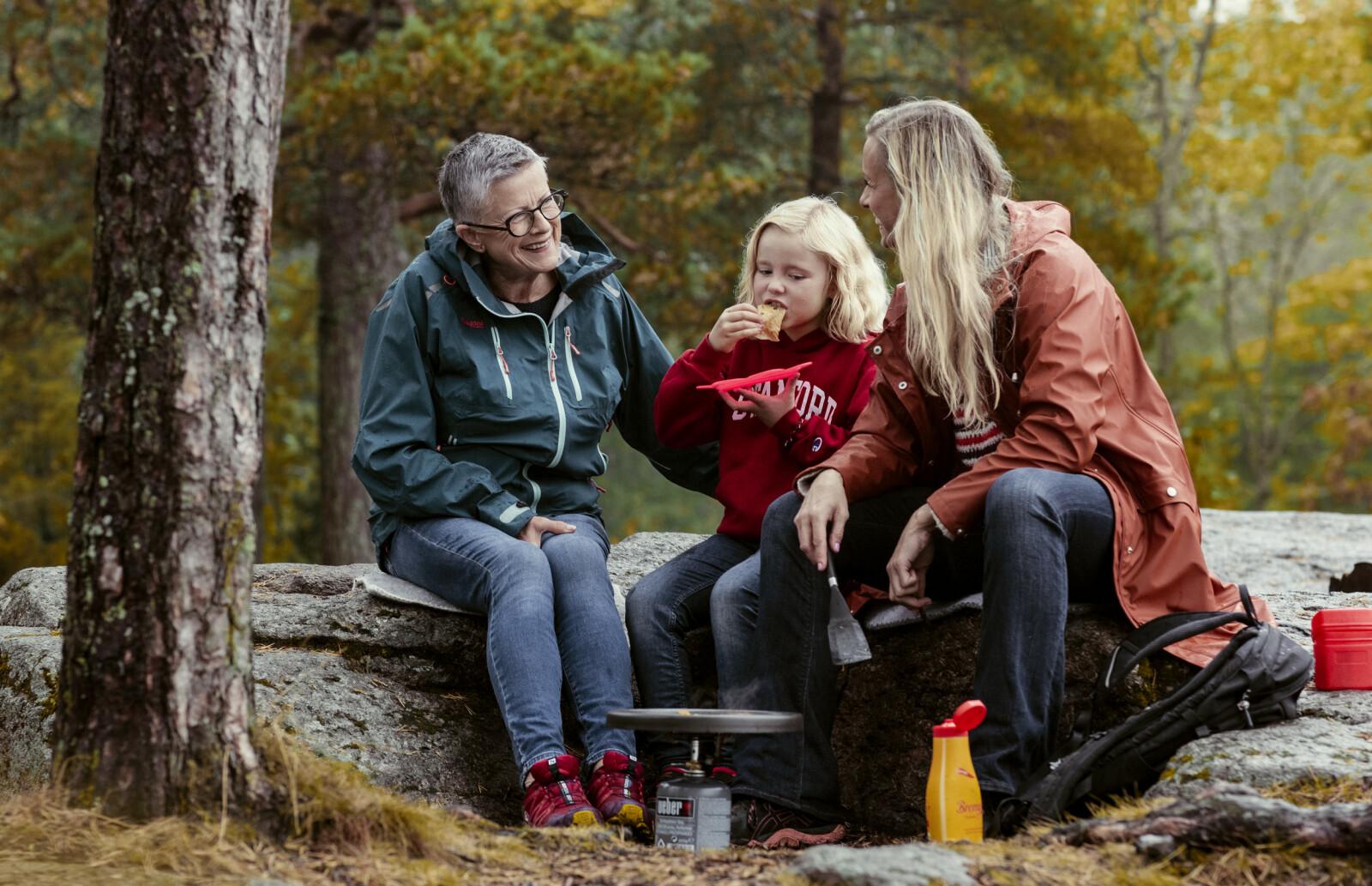 EVENTYRTUR: Helt siden Silje var barn har hun og mamma Kari gjort det beste ut av en situasjon med lite penger - de har alltid dratt jevnlig på eventyrtur ute i skogen. Den tradisjonen har Silje tatt med videre til sine egne barn. Her sammen med datteren Celia (7). FOTO: Astrid Waller