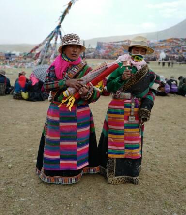 <strong>PILGRIMER:</strong> På reisen rundt det hellige fjellet Kailash møtte Erika pilgrimer med bønneflagg og bønnehjul. FOTO: Privat