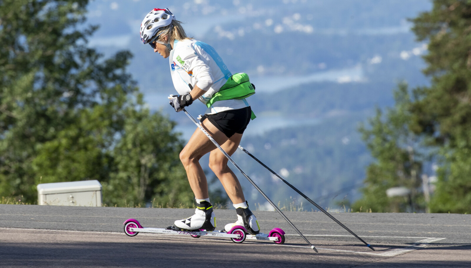 RULLESKI: Therese Johaug under en treningstur med rulleski i Holmenkollen sommeren 2020. FOTO: Terje Pedersen / NTB