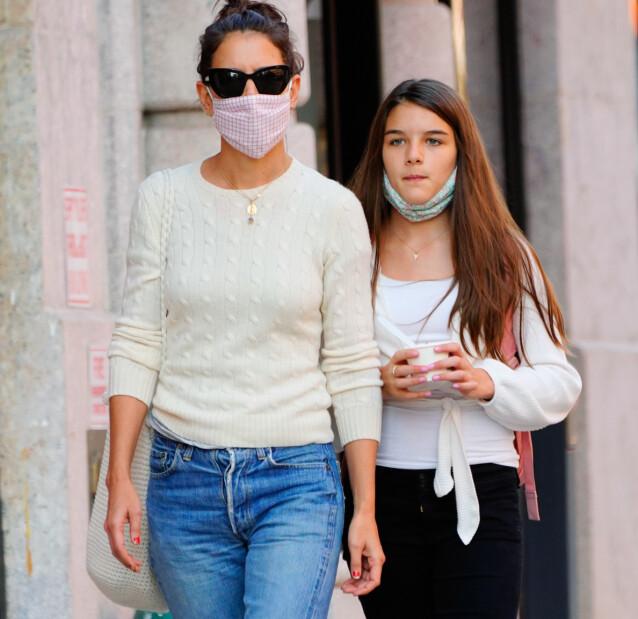 SÅ LIKE: Katie Holmes og datteren Suri Cruise, som hun har med Tom Cruise, koser seg med frozen yogurt i New York under korona. FOTO: NTB