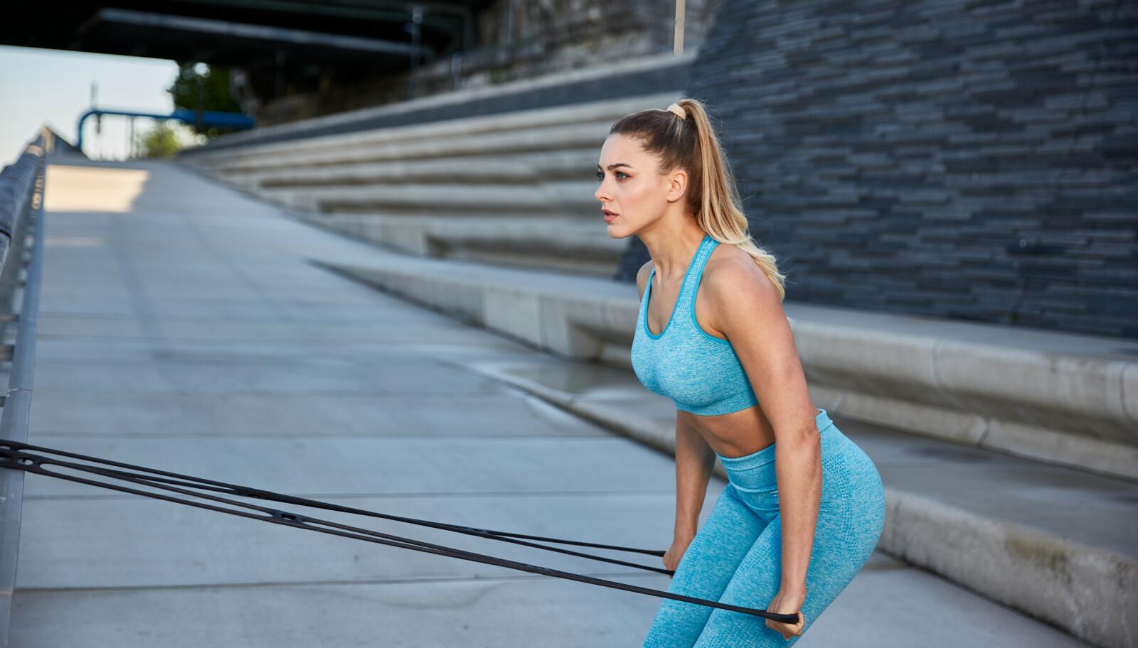 STRIKK: Trening med strikk, både for armer ben og core, er ifølge ekspertene Christian Torp og Per Elias Kalfoss smart trening for å forberede kroppen til skisesongen. ILLUSTRASJONSFOTO: NTB