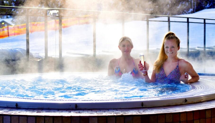 GODT FOR KROPP OG SJEL: I den norske fjellheimen finner du en rekke spahoteller. Her kan du nyte et deilig bad og sprudlende bobler under åpen himmel. FOTO: Mari Beraksten