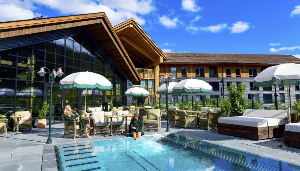 DRØM DEG BORT: Det nyåpnede spahotellet Fyri Resort har en stor velværeavdeling med svømmebasseng både inne og ute, og badstue med fjellutsikt. FOTO: Ronny Frimann