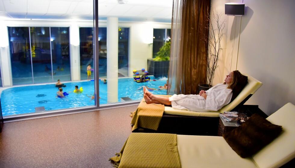 FOR HELE FAMILIEN: Avslapningsrommet på Radisson Blu Resort Trysil har utsikt til den hektiske aktiviteten i badelandet. På Trysil finnes nok et spahotell, Radisson Blu Mountain Resort & Residences, som gjenåpner 5. desember. FOTO: Ronny Frimann