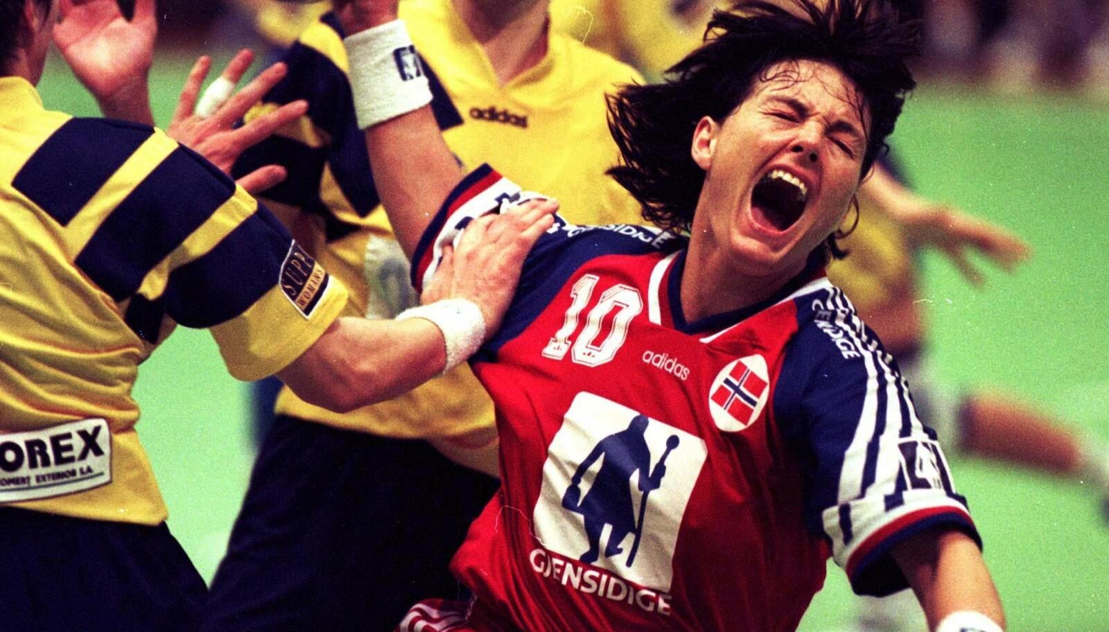DEN GANG DA: Håndballstjernen Trine Haltvik i aksjon under en kamp mot Romania i 1996. FOTO: NTB