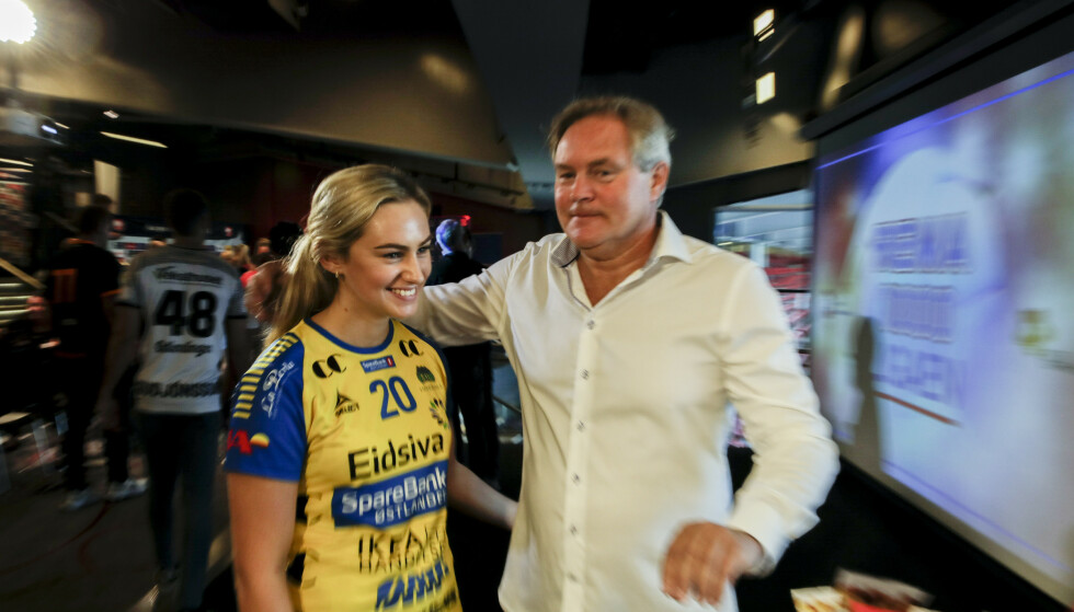 FAR OG DATTER: Bent Svele er håndballekspert for TV 2, og dette bildet ble tatt med datteren Mia Svele før en kamp for Storhamar under eliteserien i 2019. FOTO: Vidar Ruud / NTB