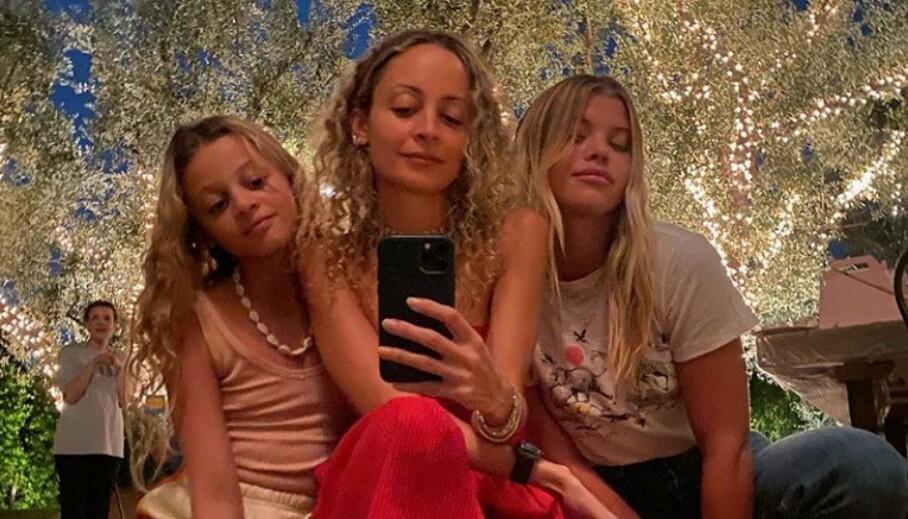 SE SÅ LIKE: Ikke bare ligner Nicole Richie (i midten) og datteren Harlow (t.v.) på hverandre, men vi synes også at Nicole ligner på lillesøsteren Sofia til tross for at Nicole er adoptert! Foto: Skjermdump fra Instagram