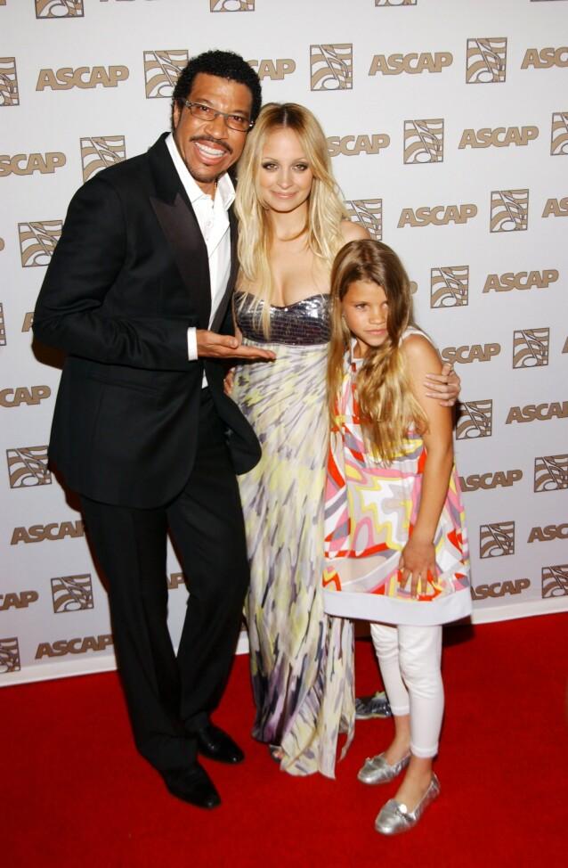 <strong>STOLT FAR:</strong> Lionel Richie viser stolt frem sine to døtre Nicole (i midten) og Sofia. Foto: NTB