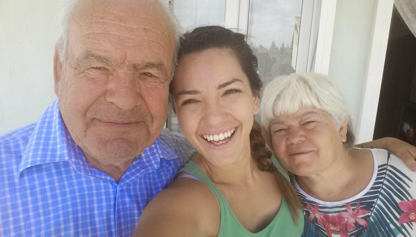 FORELDRENE: Selda med foreldrene Aziz og Gulistan i Tyrkia 2015. De kom til Norge på 70-tallet. FOTO: Privat
