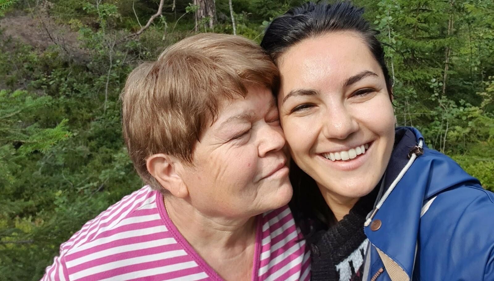 MOR OG DATTER: Seldas mor Gulistan drømmer om at mellomste datter skal utvide familien. Ifølge Selda er ikke det utenkelig at det kan skje i fremtiden. FOTO: Privat