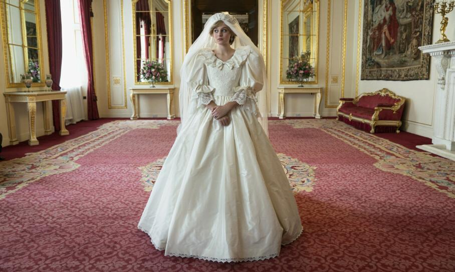 <strong>DIANA-ÅRENE:</strong> I sesong 4 av «The Crown» kommer Diana Spencer på banen. Den ikoniske brudekjole er ikke en replika av den Diana bar da hun giftet seg med prinsen av Wales, men skal ifølge kostymedesigneren likevel fange stilen og følelsen til David og Elizabeth Emanuels ikoniske kjole. FOTO: Netflix