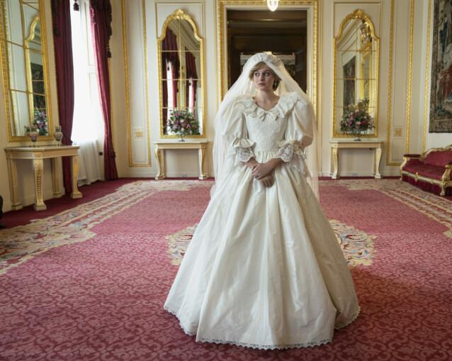 <strong>STORSLÅTT:</strong> I sesong 4 av «The Crown» kommer Diana på banen, spilt av Emma Corrin. Kostymedesigneren ønsket å lage en brudekjole som fanget stilen og følelsen til David og Elizabeth Emanuels ikoniske brudekjole. FOTO: Netflix