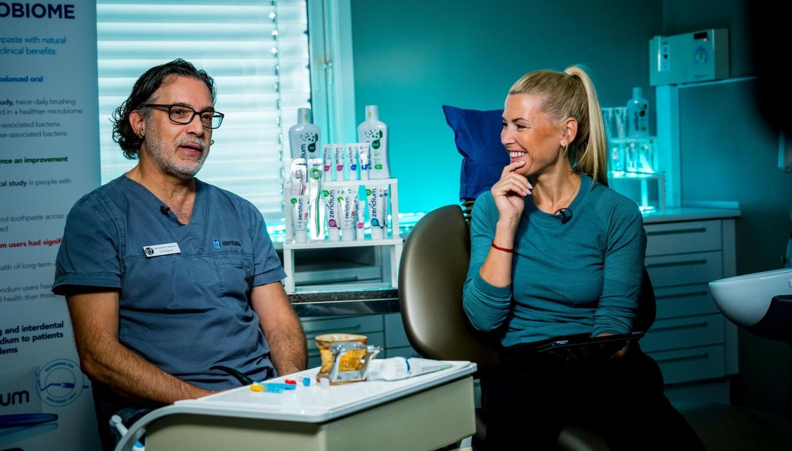 <strong>PUSSER FEIL:</strong> Programleder og Zendium-ambassadør Vibeke Klemetsen får en demonstrasjon på hva hun gjør feil når hun pusser tennene under livesendingen fra Gullaksens tannlegesenter.