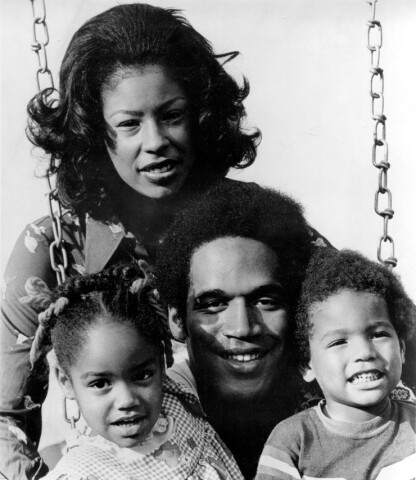 DEN GANG DA: OJ Simpson med sin første kone Marguerite og datteren Arnella (4) og Jason (2) i 1973. FOTO: NTB