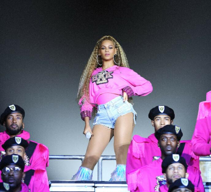 SPEKTAKULÆR KONSERT: Da Beyonce opptrådte på Coachella var det selvfølgelig et ellevilt, musikalsk show folk var vitner til, men hun fikk også mye oppmerksomhet for de mange antrekkene hun hadde på seg. Flere av dem var designet av Balmain. Foto: NTB