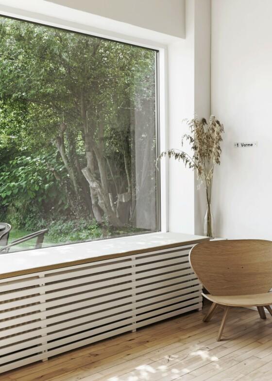 Utnytt vinduskarmen ved å gjøre den til en del av innredningen. Legg en tynn sittepute på den, så kan du sitte der og glede deg over utsikten til hagen. Den lille, lyse barnestolen er Line Friers egen design. FOTO: Peter Kragballe