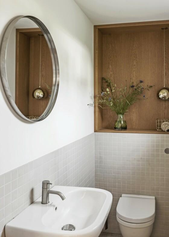 På badet er det en nisje i veggen kledd med oljet eik, et treverk som går som en rød tråd i resten av huset. Hold de andre elementene i hvitt, så inntrykket ikke blir rotete. FOTO: Peter Kragballe