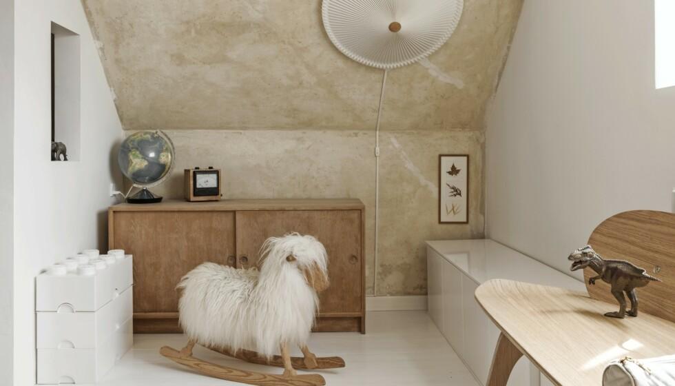 I annen etasje har Line og mannen hennes malt alle gulvene hvite, for å få rommene til å virke større. FOTO: Peter Kragballe