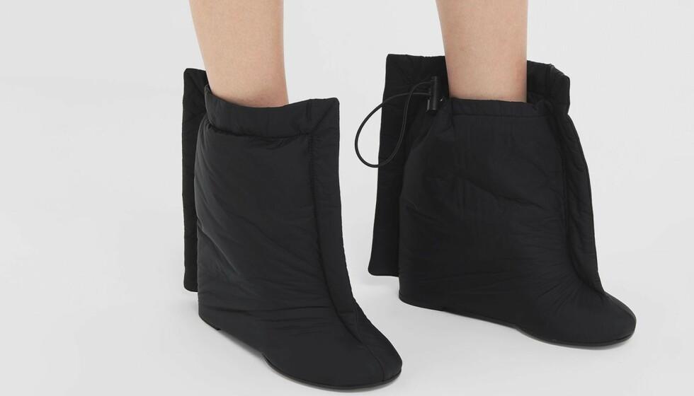 HOT OR NOT? Disse skoene fikk oss virkelig til å stoppe opp. Ser vi på et par behagelige vintersko eller noe som kan bli litt skummelt på glattisen? Foto: Mytheresa