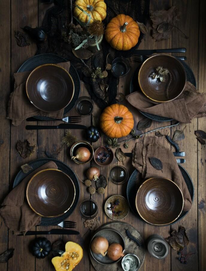 Svarte tallerkener, brune boller og mørk tekstil understreker stilen. Bestikk fra Broste Copenhagen, stoffservietter fra Ib Laursen, små skåler fra Stilleben og trefat fra Beau Marche. FOTO: Pernille Enoch