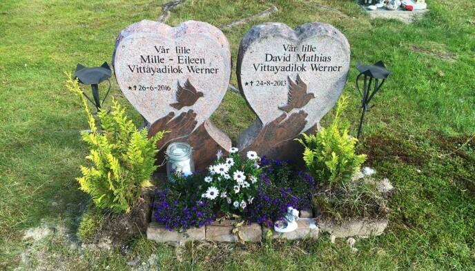 GRAVPLASS: De to barna har fått hver sin gravstein ved siden av hverandre. Karoline og Thomas synes det er godt å ha en gravplass de kan gå til. FOTO: Privat