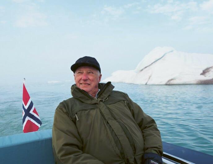 I SITT RETTE ELEMENT: Kongen fotografert av sin kone under en tur til Svalbard i 2018. FOTO: Dronning Sonja