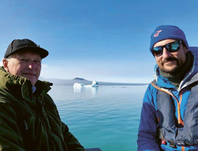 FAR OG SØNN: I boken fremkommer det at kong Harald er svært stolt over sønnen kronprins Haakon, og at han er sikker på at kronprinsen kommer til å gjøre en god jobb som konge når den tid kommer. Her fra en tur til Svalbard i 2018. FOTO: Dronning Sonja