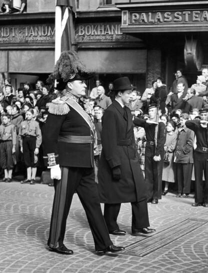 MORS BEGRAVELSE: Kronprins Olav og prins Harald i sørgeprosesjon ned Karl Johan til Domkirken i april 1954. Han var bare 17 år da han mistet sin mor. FOTO: NTB