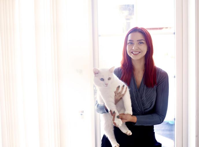 OLAF: På ensomme dager og travle tider er katten Olaf god å ha. Den ble hentet av Tina og Stian fra et kattehus i Moss i fjor. FOTO: Geir Dokken